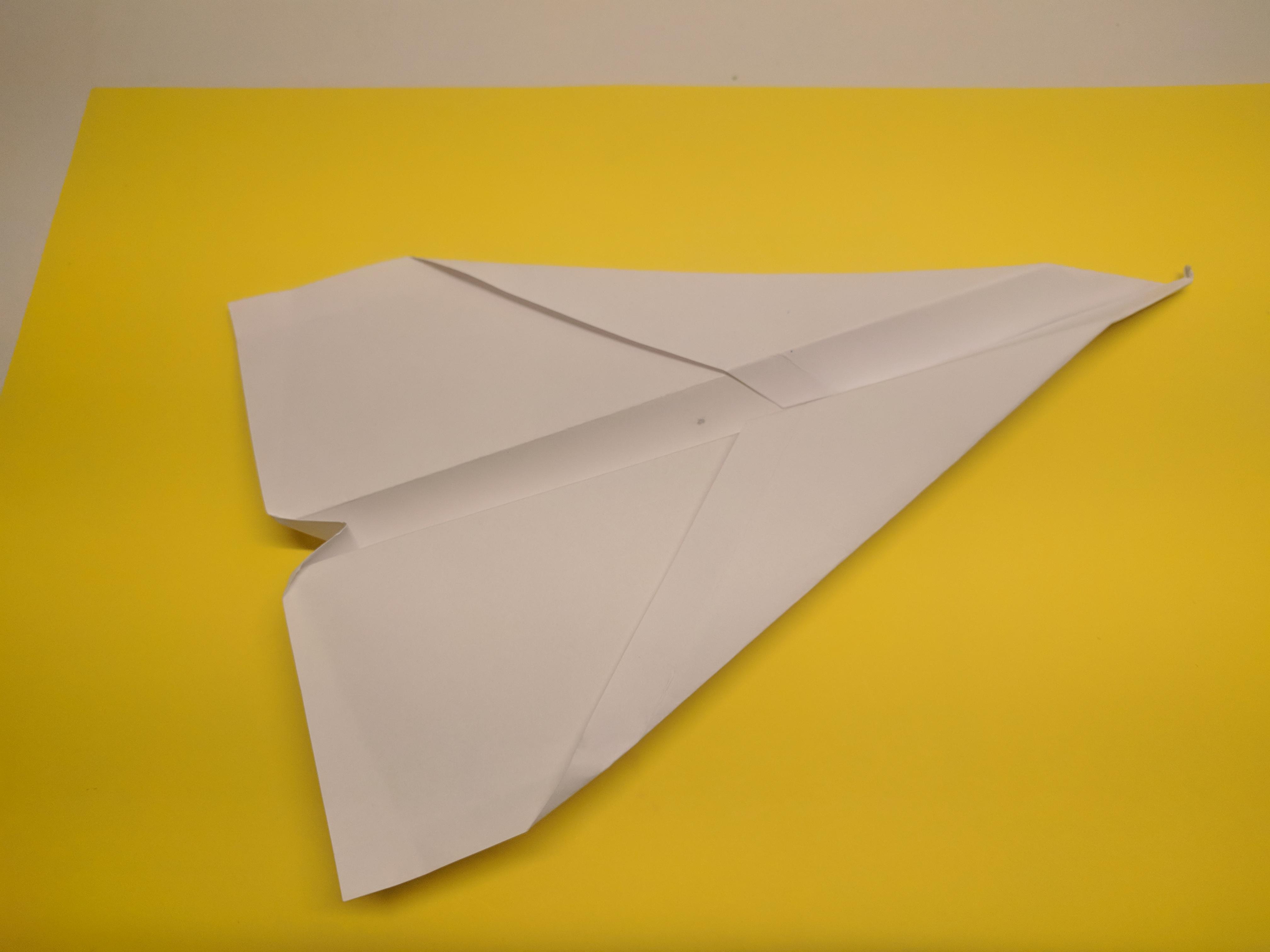 Hoe werkt: papieren vliegtuigje vouwen